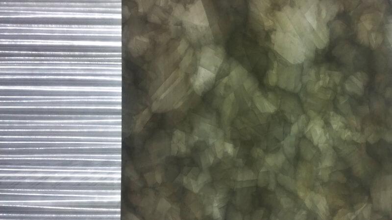 Essai de rétro-éclairage d'une dalle de pierre en fibres optiques diffusantes - Crédit photo : JB Henriot